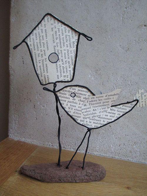 oiseau et sa maison en fil de fer et page vieux livre