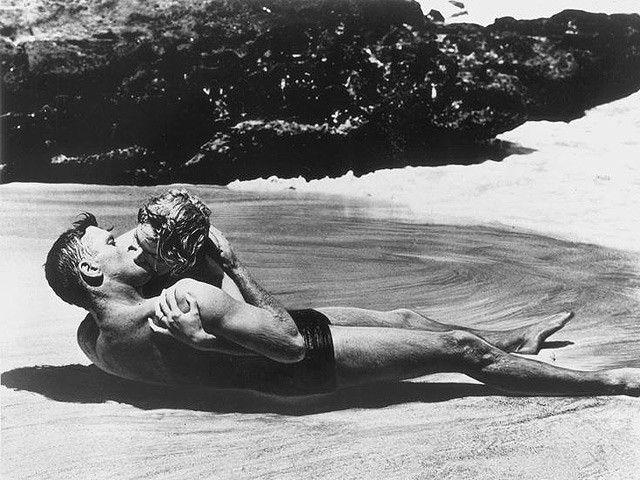 Burt Lancaster e Deborah Kerr in Da qui all'eternità si baciano appassionatamente sulla spiaggia. Oggi poco più che una scena romantica, ma nel 1953…