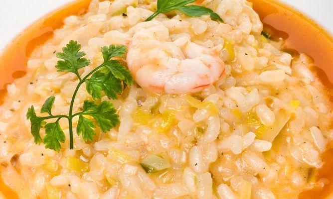 Receta de Bruno Oteiza de risotto de puerros y gambas con tomate. Un plato completo y nutritivo de arroz cremoso acompañado de verduras y marisco.