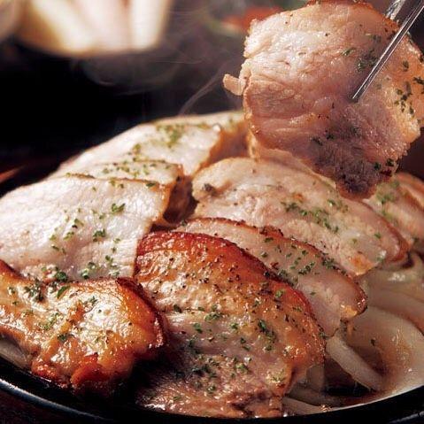 Tokyo Calendar  銀座『韓国料理 MUN』の「三元豚の丸焼き サムギョプサル」。ジュージューと音をあげて運ばれてくるジューシーなお肉にお箸が止まらない。 #東京カレンダー #東カレ #銀座 #韓国料理MUN #三元豚の丸焼きサムギョプサル