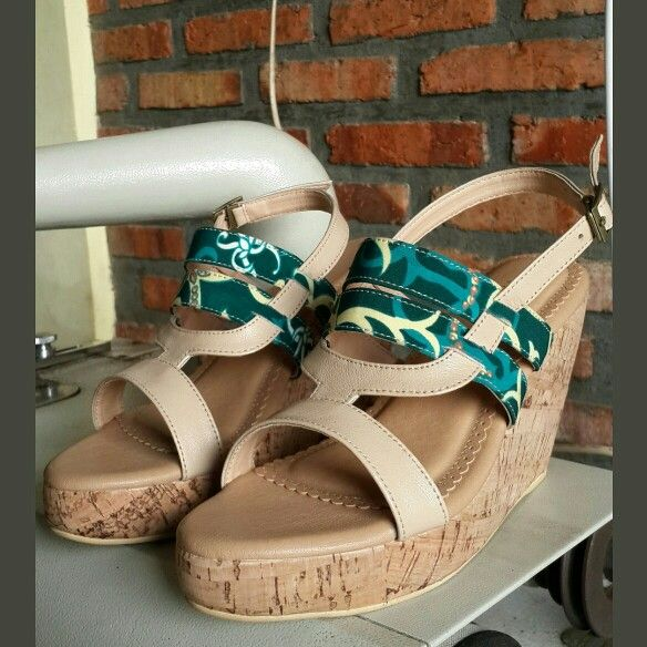 Santiyana wedges in nude leather with batik