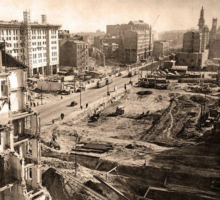Plac Konstytucji dopiero się buduje, ok 1950. źródło fot. omni-bus.eu