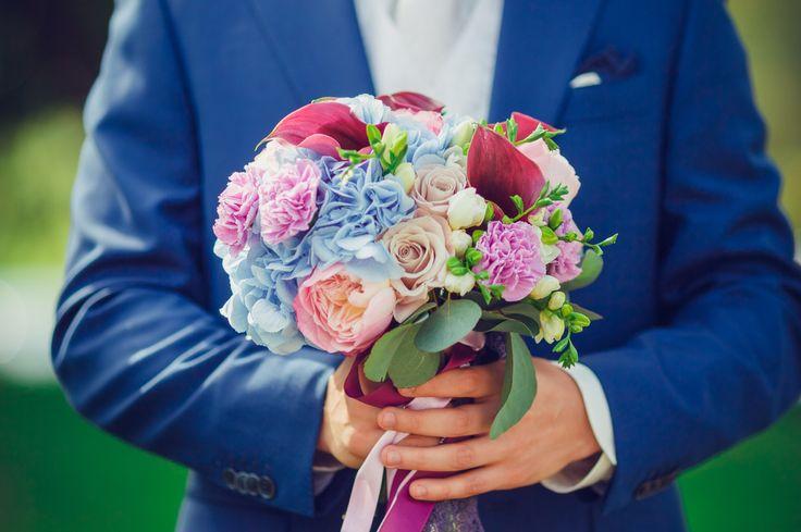 Яркий букет невесты с голубой гортензией, фиолетовыми каллами, розами и гвоздикой / Bright bridal bouquet with light-blue hortense violet callas roses and carnation