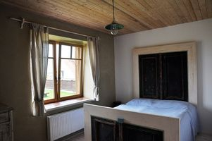 Originální postel - vyrobena ze starých vchodových dveří