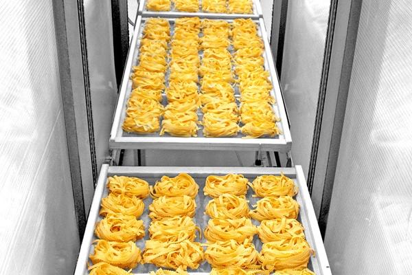 Ecco che la pasta già formata viene disposta in modo ordinato su caratteristici telai in legno. Da qui in poi la #pasta all'uovo passerà alla delicata fase dell'essicazione.