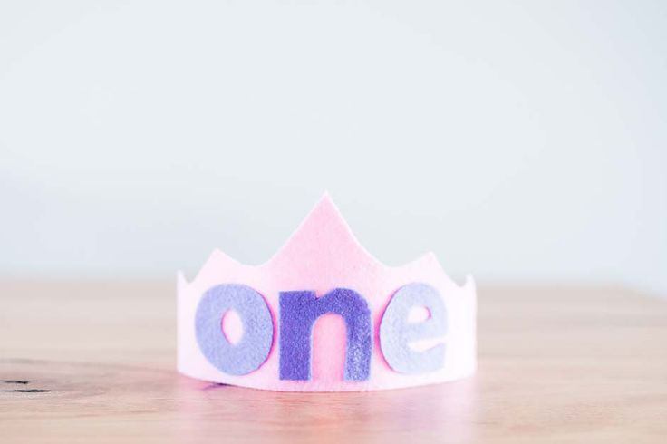 Handmade felt birthday crowns. Personalised to your liking! Great for 1st birthday photo shoots.Fastened with ribbon to be adjustable to any head size. Many colours to choose from.Please me...