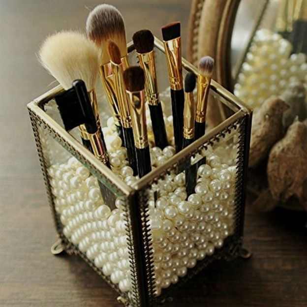The best beauty organization hacks and storage solutions. Items and easy DIY methods to store makeup, skincare, brushes, and other beauty products. #HomeDecorIdeas