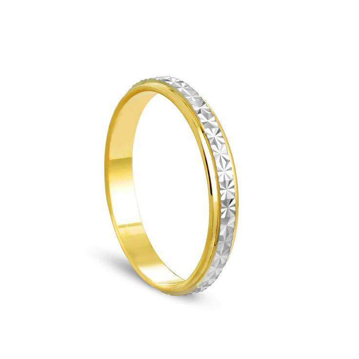 Alliance bicolore, en or jaune et blanc 9 carats. Le bandeau d'or blanc est travaillé ce qui apporte à la bague beaucoup d'éclat.