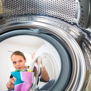 Wenn die Waschmaschine stinkt und sich Schimmel gebildet hat, ist guter Rat teuer. Wir verraten Ihnen die besten Tipps zur effektiven Schimmelbekämpfung.