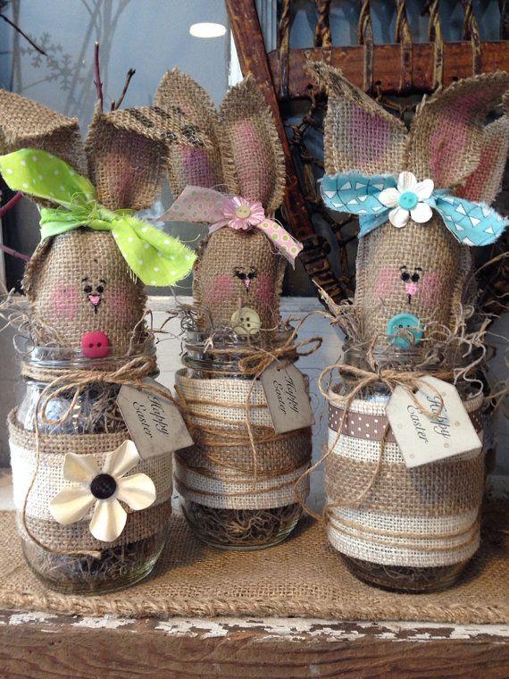 Questo dolce tela Pasqua coniglietto è pronto per la primavera! Ognuno è fatto a mano con una mano dipinta faccino! 2 No sono esattamente