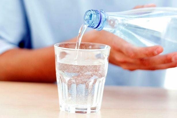 8 varovných příznaků, že nepijete dost vody