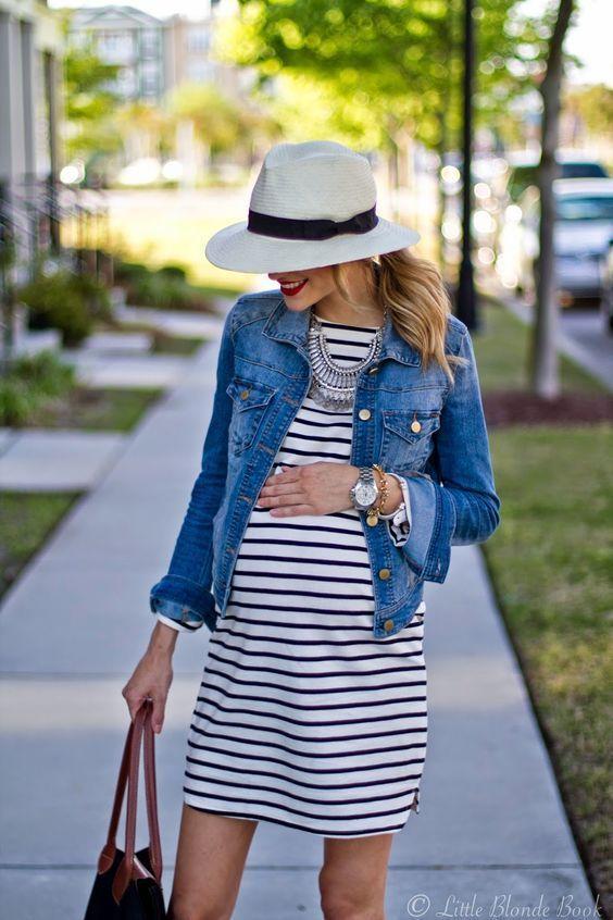 gravida de vestido listrado
