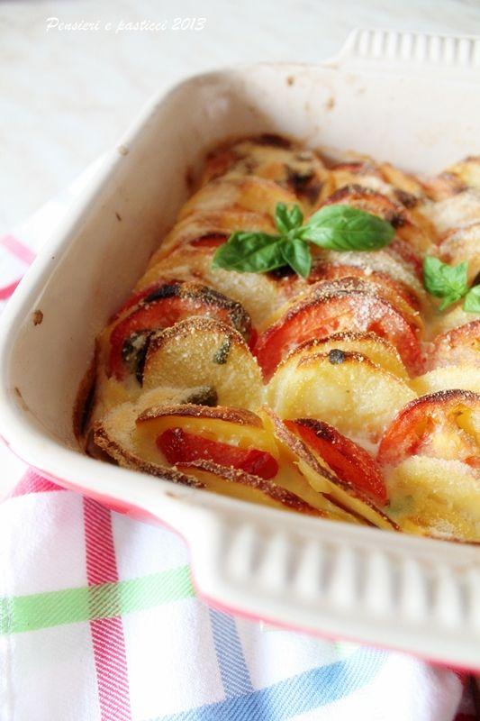 Teglia di patate e pomodori gratinata al caprino, profumata alla mediterranea