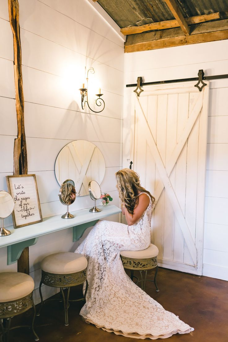 Bridal suite getting ready pictures <3 #siloandoak #texasweddings #bridalsuite #rustic  PC: 7 Sisters Photography http://www.7sistersphotography.com @7sistersphotography