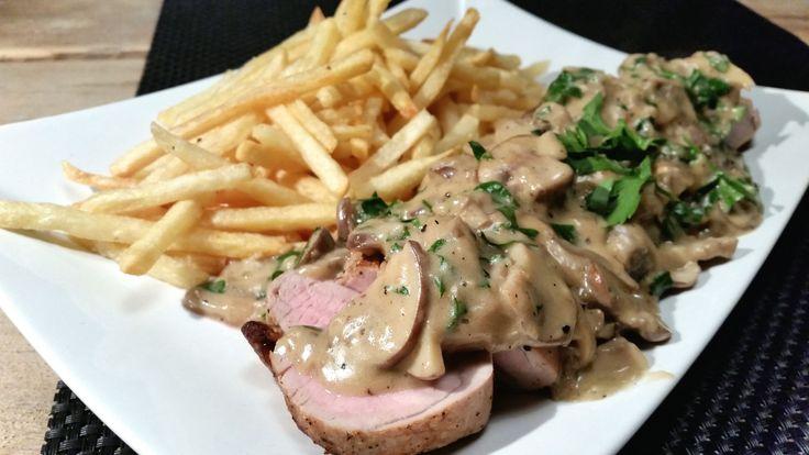 Varkenshaas uit de oven, inclusief zelfgemaakte champignon-roomsaus met peterselie en frietjes