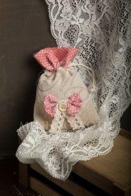 Μένη Ρογκότη - Μπομπονιέρα βάπτισης για κορίτσι πουγκί μπεζ με πουα φιογκάκι, βαμβακερή δαντέλα και κουμπί