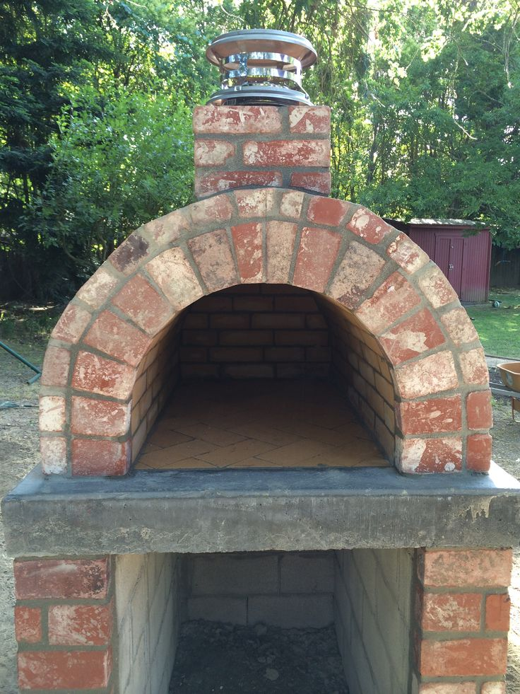 Clay Brick Pizza Ovens : A classic brick wood oven an excellent example of