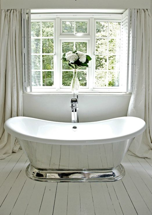 Beautiful cottage bathroom design with candide tub