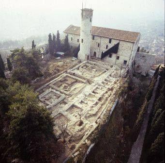 THROWBACK THURSDAY BRESCIA Dov'è l'erba rigogliosa del piazzale della Mirabella in Castello? L'aiuola fu scavata per la prima volta a fine '800, quando furono scoperte e studiate le fondamenta di una chiesa del VI secolo, Santo Stefano in Arce, una delle prime chiese paleocristiane di Brescia. L'area fu ricoperta in occasione dell'Esposizione di Brescia nel 1904, per poi essere riscavata e ricoperta più volte per studi temporanei. Fotografia del 1986-87 per il #throwbackthursday.