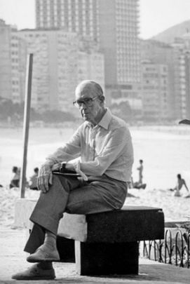 Carlos Drummond de Andrade sentado no banco na praia de Copacabana nos anos 80. Foto que gerou a estátua que fica no mesmo banco.