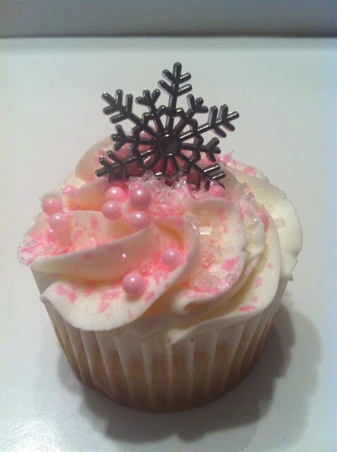 Pink Snowflake cupcake! Would be great for dd's birthday.