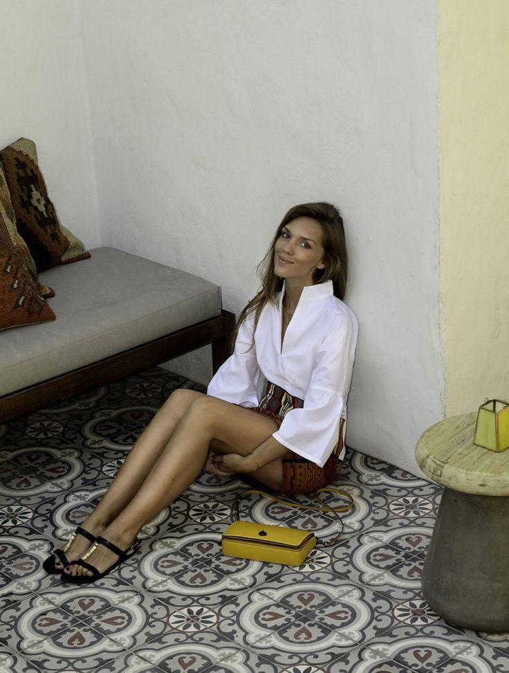 9 способов сэкономить на покупке модной одежды онлайн - мини юбка в этническом стиле и белая блуза с вышивкой  в блоге о моде для беременных и мам Идеалистка