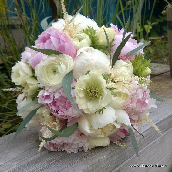 bruidsboeket met pioenroos ranonkel anemonen draadgebonden  verkrijgbaar maart april mei voorjaarsbloemen