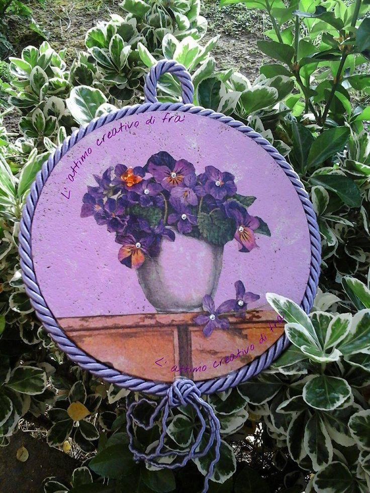 Sottopentola in sughero decorato in decoupage e cordoncino. Viole con applicazioni di strass. Trivet cork with decoupage decoration and welt cord. #decoration #decoupage #trivet #cork #flower #purple #white #cord #lemaddine #lattimocreativodifra