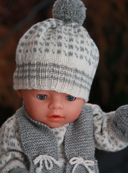 Baby born-talvivaatteet poikavauvalle(pipo, villahaalari, jossa tumppuosat ja myös kiinniommeltuna sukkaosa + kaulahuivi)! Värinä musta, harmaa, valkoinen, sinapinkeltainen, turkoosi... Pitää olla hyvin tehty ja kokeiltu aidolla Baby Born-nukella! :)