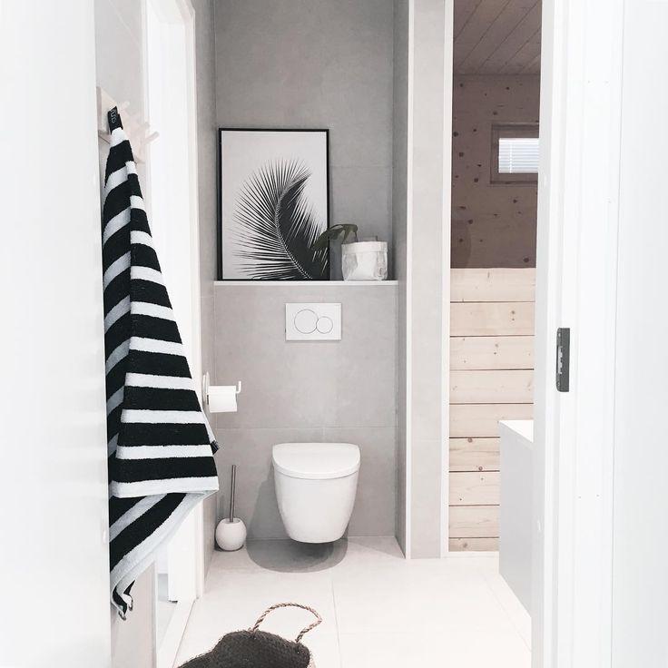 Ajaton harmaa tuo tyylikästä ilmettä kylpyhuoneeseen. Seinän syvennys tarjoaa mainion paikan koriste-esineille.