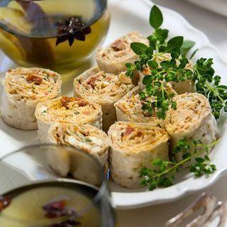 Fetaostfyllda tunnbrödsrullar: 3 st tunnbröd (mjuka) Fyllning: 10 st marinerade soltorkade tomater 150 g fetaost 75 g philadelphiaost (eller annan färskost) 1 msk basilika (hackad) 1 tsk oregano (hackad) salt (peppar) GÖR SÅ HÄR Steg 1 Hacka tomaterna och blanda dem med fetaost, färskost, basilika och oregano. Smaka av med salt och peppar. Steg 2 Bred blandningen på tunnbröden och rulla ihop. Skär rullarna i bitar.