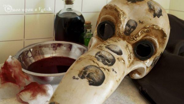 El doctor descansa tras la sangría. Máscara veneciana del doctor de la peste.