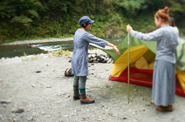 友達と協力してテント設営