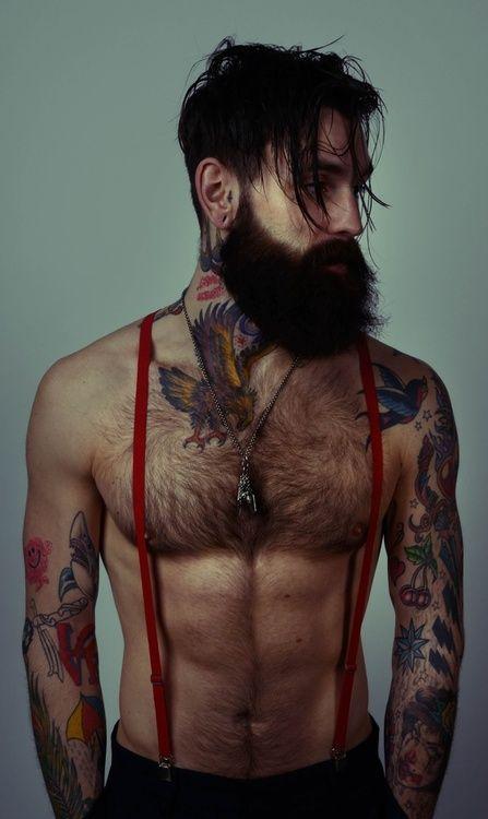 Ricki Hall, homme à barbe, à fleurs et à bretelles, tatouage