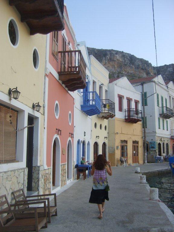 Limanı geziyoruz. Dar sokaklarda Ouzo (Yunan Rakısı) eşliğinde bağıra çağıra şarkı söyleyenler, sarhoş balıkçılar... Daha fazla bilgi ve fotoğraf için; http://www.geziyorum.net/meis