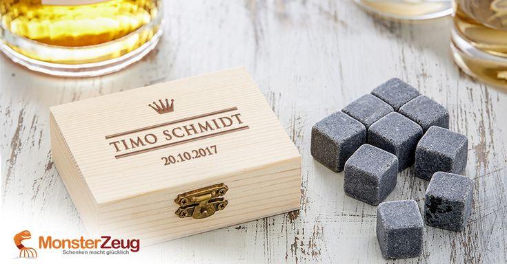 Kühlen, ohne zu verwässern: Die Whisky Steine in Holzkiste mit Gravur - Royal werden erst ins Gefrierfach, dann ins Glas gelegt, um den edlen Tropfen kalt zu halten. Dazu eine königlich gravierte Geschenkbox mit exquisitem Motiv!