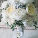 Белый свадебный букет из садовых роз Дэвида Остина, белых пионов и белой гортензии