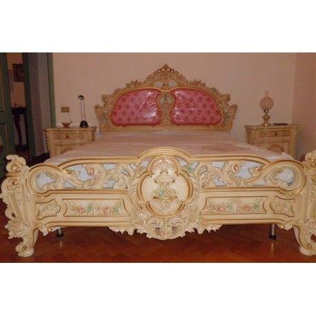 Camera da letto in stile veneziano comprensiva di letto matrimoniale, due comodini, cassettone, specchiera e due poltroncine, realizzata negli anni '70.