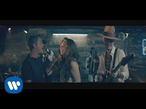 No Soy Una De Esas feat. Alejandro Sanz Directed by Marc Klasfeld Letra: Sin prisa y con media sonrisa llegaste agitado a aquél bar Cruzamos miradas y como s...