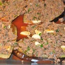 Karniyarik Turkisk rätt med köttfärs fyllda auberginer