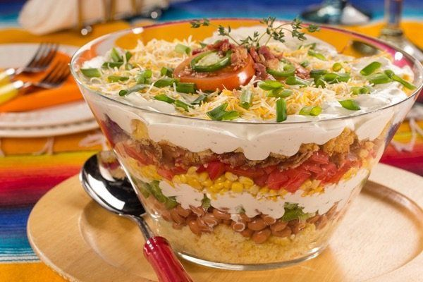 ♥♥♥ SMAKOWITA SAŁATKA HAWAJSKA !!! Rozpieszczamy podniebienie :) Składniki: puszka kukurydzy konserwowej, puszka ananasa, 20 dkg żółtego sera (najlepiej ementaler lub gouda), 15 dkg drobiowej szynki, 2 czerwone cebule, pęczek szczypiorku, mały słoiczek selera konserwowego, 4 łyżki majonezu, sól, pieprz sposób przygotowania: ser zetrzeć na tarce o grubych oczkach, szynkę pokroić w drobną kostkę. Odsączyć z zalewy selera, kukurydzę i ananasa, którego należy dodatkowo pokroić w kostkę. Cebulę…