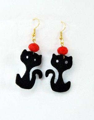€6,00 Σκουλαρίκια με τσόχινη μαύρη γάτα και γυάλινη κόκκινη χάντρα.Τα γατζάκια είναι σε χρυσό χρώμα και ειναι nickel free.