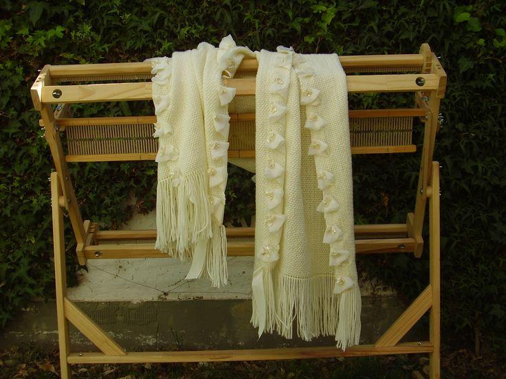 CHAL tejido en telar con lana merino , festoneado con aplicaciones de flores en sus bordes.