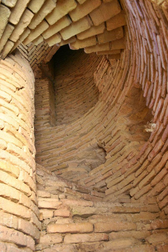 Minarete de Jam | TECTÓNICAblog  El minarete de Jam se encuentra en Afganistán y se constituye como una pieza singular dentro de la cultura artística de esta región. Pieza única dentro de un conjunto mayor el minarete es la muestra tangible de la cultura gurida que habitó la región entre los siglos XII y XIII. Además de sus características artísticas su posición entre las montañas a orillas del río Hari permiten percibirlo como un hito en el paisaje. La tipología del minarete es la de una…