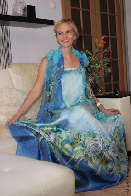Батик `Розы и жасмин` Атласное Платье и  шифоновый шарф. Эта ткань выполнялась на заказ- роспись по атласу для платья, роспись по шифону- на шарф.  На фото снята не отшитая ткань, - просто наколотая на модель- это только образ возможного платья.   Вы же можете создать свой образ,-…