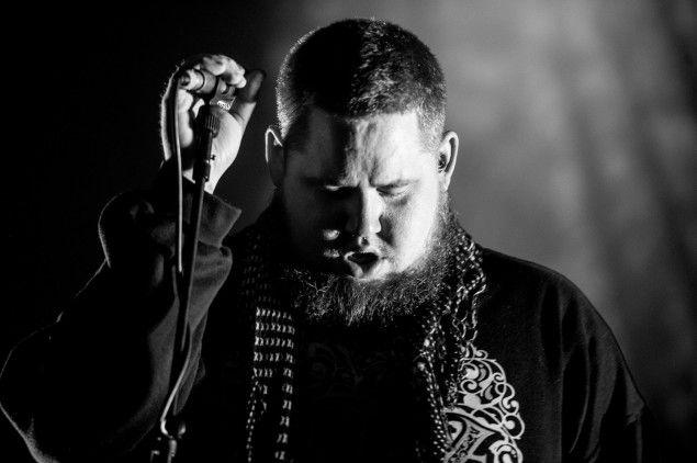 """+++Rag'n'Bone Man - Die Easy+++ Pelle bianca ricoperta di tatuaggi, ma cuore nero da vero bluesman: Rory Graham non è solamente un interprete """"umano"""", ma anche un cantautore ispirato e versatile. http://hvsr.net/a/20170407-3142190"""