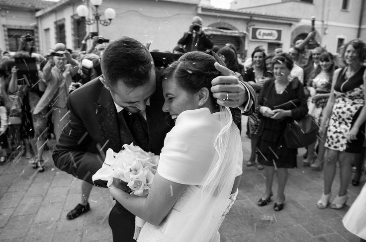 durante il lancio del riso lo sposo protegge la donna a cui ha promesso di amare per sempre copyright Alessandro Corongiu Fotografia Cagliari www.alessandrocorongiu.it #photography#wedding#sardegna#sposa#fotografo #matrimonio#cagliari#photo#incontro#Sardinia#photographer#magicmoment#italy#atmosfera#reportage#originale #professional#reportage#bn#bw
