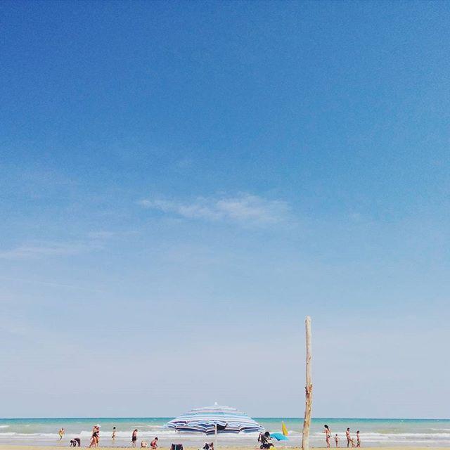 Ultimi giorni di mare!!.. Settembre è  il mese  del relax e nulla può essere più distensivo di una spiaggia  le onde e tutt'intorno solo natura!  Questa è la spiaggia di #PuntaPenna nella Riserva Naturale di #PuntaAderci a #Vasto!  La cittadina è  anche  nota per il suo elegante centro storico e per i suoi scorci con vista Trabocchi!! Fino al 15 settembre l'account sarà gestito dalla community di @igers_abruzzo! Per conoscere meglio la nostra regione continuate a seguirci.  Foto di…