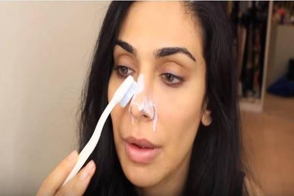 megdörzsöli az orrát fogkrémmel