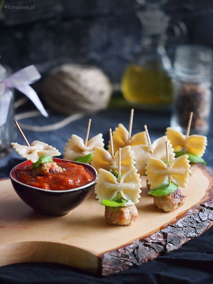 Koreczki z klopsikami i makaronem i bazylią, podane z ciepłym sosem pomidorowym, z pewnością zachwycą wszystkich gości na sylwestrowej imprezie!